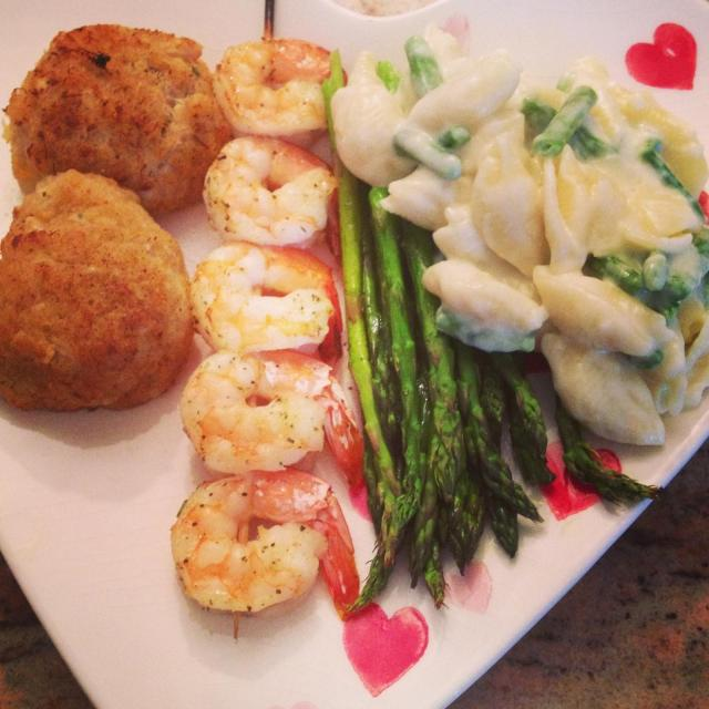 Crab Cakes, Garlic Shrimp, Brie Mac & Cheese (!!!) and Asparagus